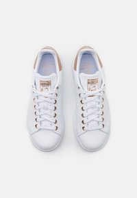 adidas Originals - STAN SMITH  - Trainers - footwear white/copper metallic - 7