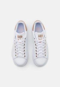 adidas Originals - STAN SMITH  - Baskets basses - footwear white/copper metallic - 5