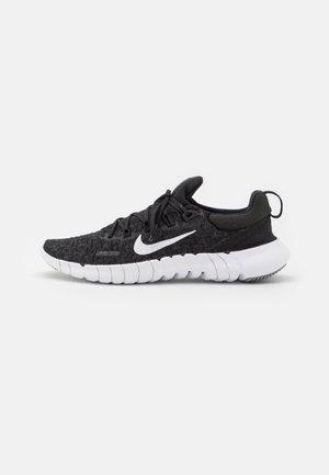 FREE RN 5.0 2021 - Chaussures de course neutres - black/white/dark smoke grey