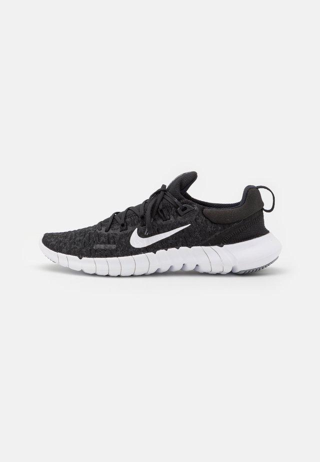FREE RN 5.0 2021 - Minimalist running shoes - black/white/dark smoke grey
