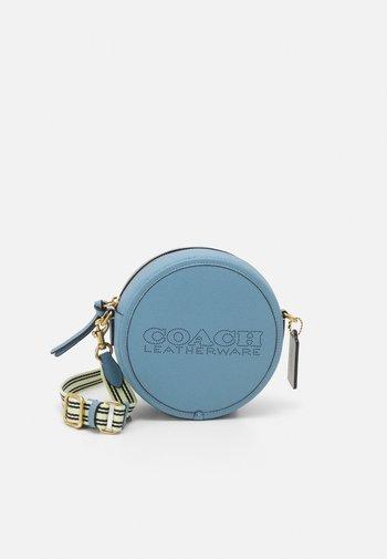 COLORBLOCK PENN CIRCLE BAG - Across body bag - blue