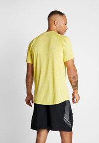 Under Armour - HEATGEAR TECH  - Camiseta estampada - eureka yellow/white - 2