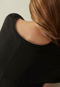 Intimissimi - MIT UNTERLEGTEN KA - Basic T-shirt - nero - 2