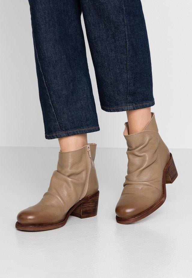 GIANI  - Ankelboots - taupe
