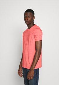 Burton Menswear London - BASIC 5 PACK - Basic T-shirt - pink - 4