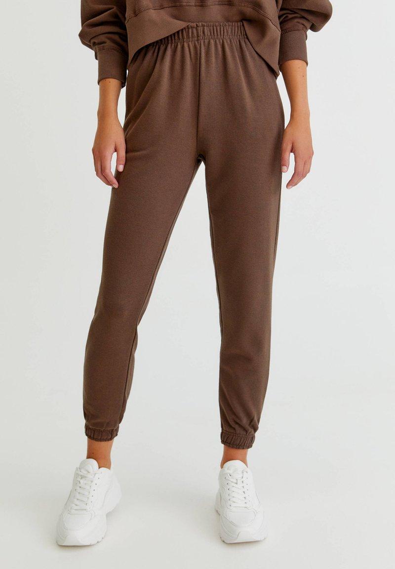 PULL&BEAR - BASIC-JOGGER - Tracksuit bottoms - brown