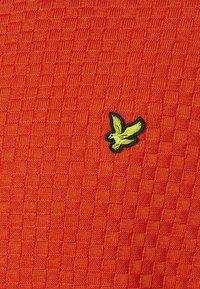 Lyle & Scott - CHECKERBOARD CREW NECK JUMPER - Stickad tröja - burnt orange - 2