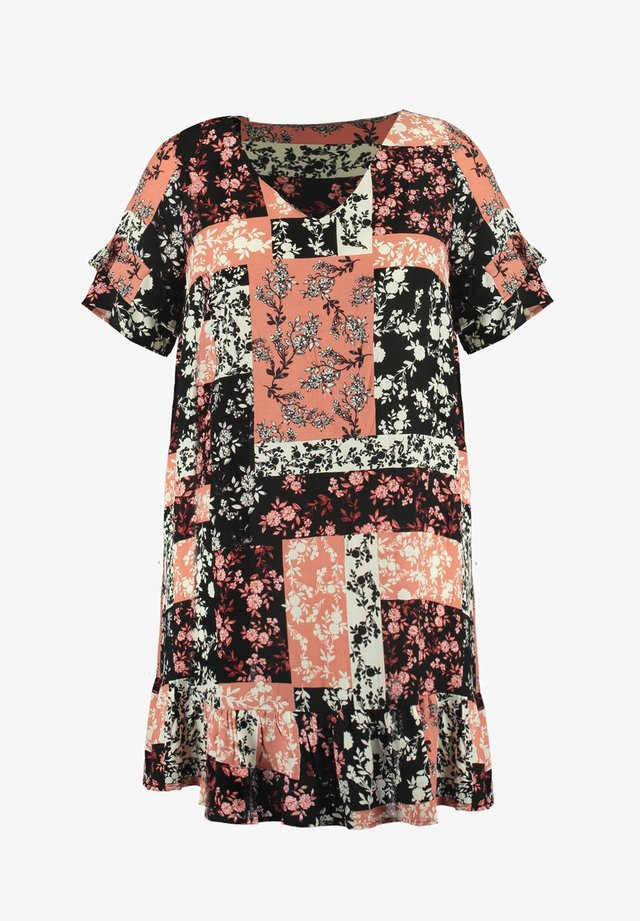 WITH FLOUNCES AND A PATCHWORK PRINT - Korte jurk - multi-color