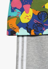 adidas Originals - TEE DRESS SET - Leggings - multco/white - 4