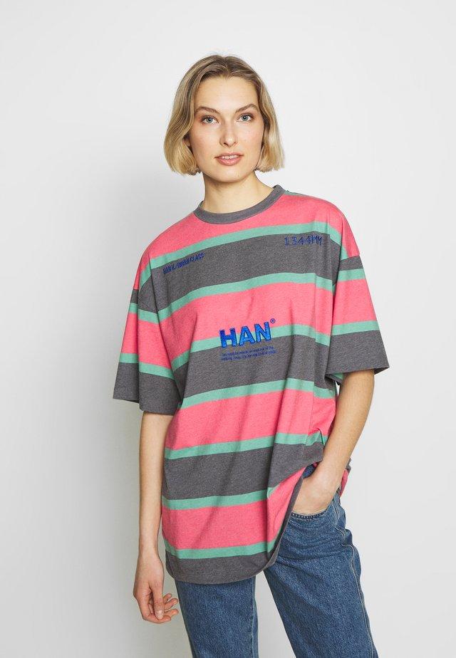 BOYFRIEND TEE - T-shirt con stampa - red