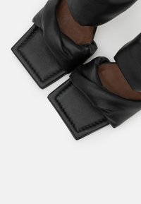 ALOHAS - TWIST STRAP - Pantofle na podpatku - black - 5