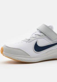 Nike Performance - VARSITY UNISEX - Neutral running shoes - white/midnight navy/photon dust/summit white - 5