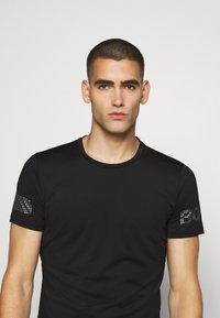Björn Borg - MEDAL TEE - Print T-shirt - black/silver - 3