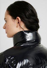 Calvin Klein Jeans - SHINY PUFFER JACKET - Zimní bunda - black - 4