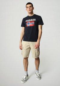 Napapijri - S-SURF FLAG - Print T-shirt - blu marine - 1