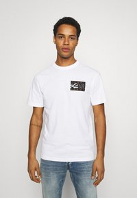 Tommy Jeans - BACK FLAG TEE UNISEX - Printtipaita - white - 0