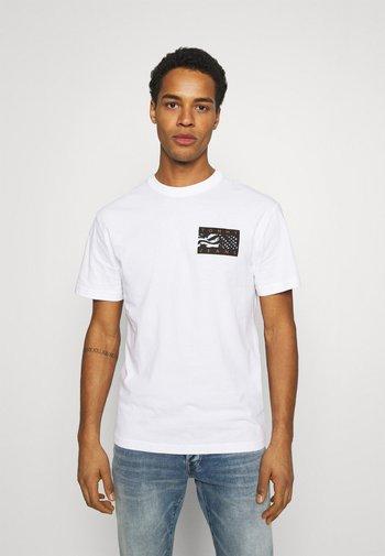 BACK FLAG TEE UNISEX - T-shirt med print - white