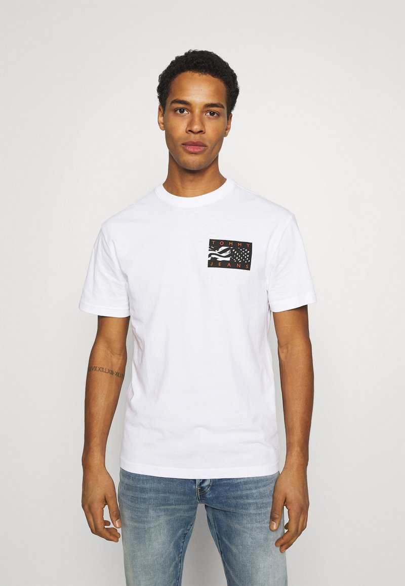 Tommy Jeans - BACK FLAG TEE UNISEX - Printtipaita - white