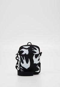 McQ Alexander McQueen - MEDIUM LANYARD CROSS SWALLOW - Sac bandoulière - black - 4