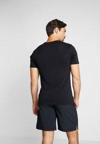 Nike Performance - DRY TEE DAZZLE CAMO - T-shirt med print - black/mystic navy - 2