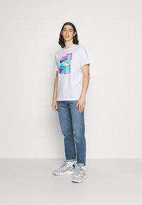 Nike Sportswear - M NSW BEACH FLAMINGO - Print T-shirt - white - 1