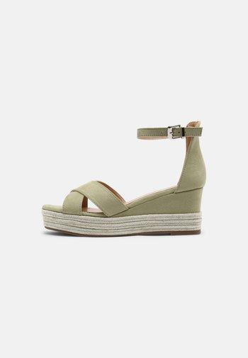 Sandály na platformě - sage