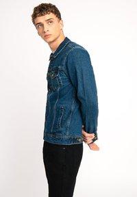 Urban Threads - LDN DNM STONE WASHED BLUE DENIM TRUCKER JACKET - Denim jacket - dark blue - 2