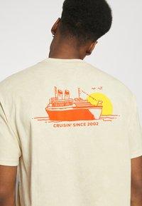 Nike SB - TEE CRUISIN UNISEX - Print T-shirt - sesame - 3
