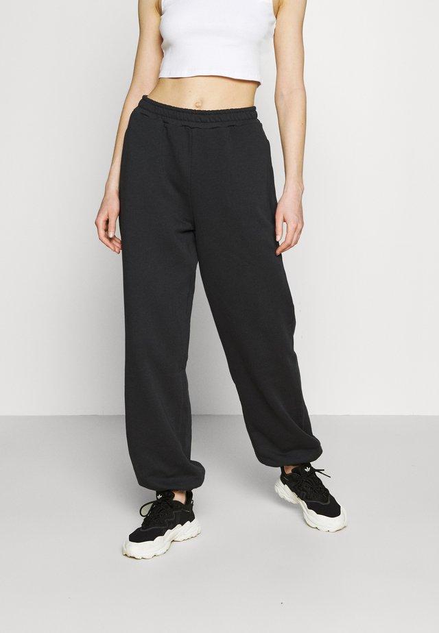 NA-KD X ZALANDO EXCLUSIVE - LOOSE FIT PANTS - Verryttelyhousut - black