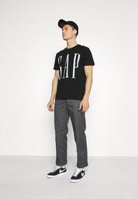 GAP - LOGO DISTRESS - Print T-shirt - true black - 1