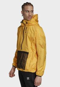 adidas Originals - ADVENTURE ANORAK - Windbreaker - gold - 2