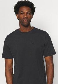 pinqponq - UNISEX - T-shirt basic - peat black - 3