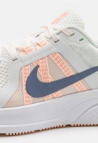 Nike Performance - RUN SWIFT 2 - Zapatillas de running neutras - summit white/ashen slate/crimson tint/orange pearl/crimson bliss/white - 5