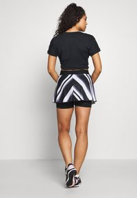 Nike Performance - FLOUNCY SKIRT PRINTED - Spódnica sportowa - black/white - 2