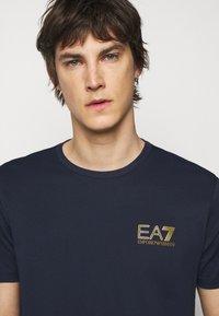 EA7 Emporio Armani - Print T-shirt - dark blue - 3