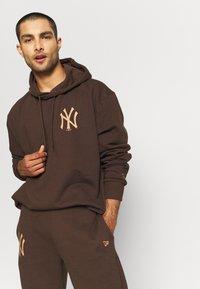 New Era - MLB NEW YORK YANKEES OVERSIZED SEASONAL COLOUR HOODY - Klubové oblečení - midnight brown - 4