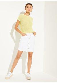 comma casual identity - MIT KNOPFLEISTE - Pencil skirt - white - 1