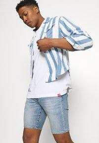 Levi's® - 412™ SLIM - Denim shorts - light-blue denim - 3