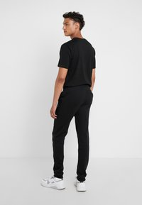 Bricktown - PANTS MAN SMALL YIN YANG - Jogginghose - black - 2