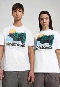 Napapijri - S-ALHOA - T-shirt med print - white graph o - 2