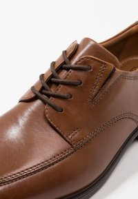 Clarks - TILDEN WALK - Business sko - dark tan - 5