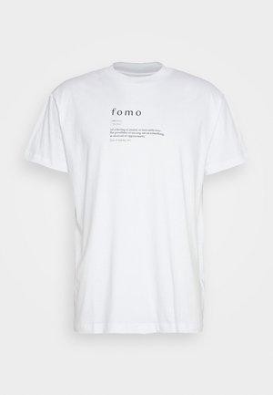 FOMO - T-shirt med print - white