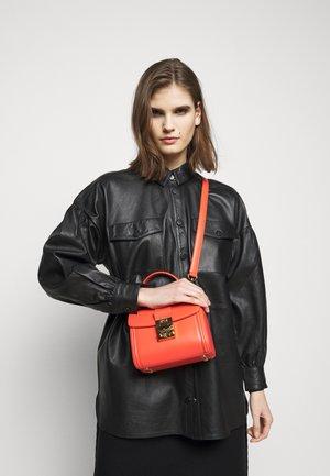 TRACY SATCHEL SMALL - Handbag - fiesta