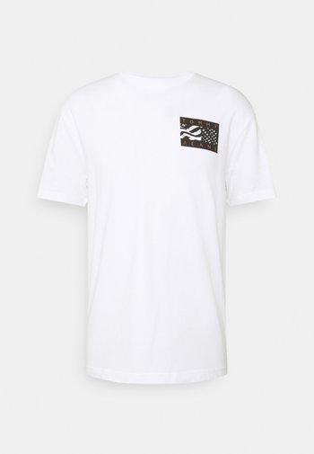 BACK FLAG TEE UNISEX - Triko spotiskem - white