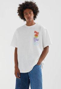 PULL&BEAR - MIT FARBLICH ABGESETZTEM TEXT - Print T-shirt - white - 1