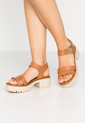 PLEXY - Sandály na platformě - brown