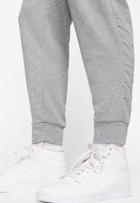 Jordan - M J JUMPMAN CLSCS LTWT PANT - Pantaloni sportivi - carbon heather/white - 5