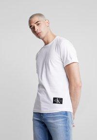 Calvin Klein Jeans - BADGE TURN UP SLEEVE - Basic T-shirt - bright white - 0