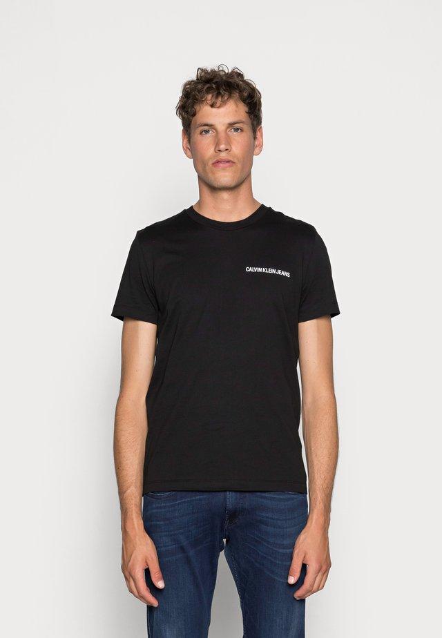 SMALL INSTIT LOGO CHEST TEE - Jednoduché triko - black