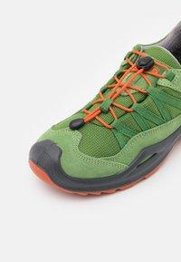 Lowa - ROBIN GTX LO UNISEX - Hiking shoes - grün/orange - 5